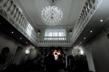 Крутой фотограф на свадьбу в Новосибирске Александр Дубынин — живые образы, профессиональный подход.